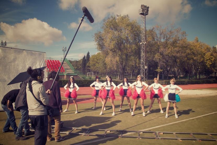 """""""cheerleaders y zoe"""" por Daniel Estheras durante el rodaje de leñador y la mujer América"""